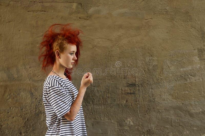 Ragazza intelligente con capelli rossi fotografia stock libera da diritti