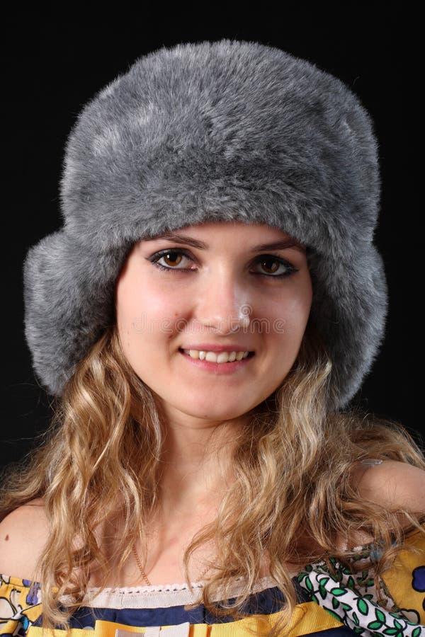 RAGAZZA IN INVERNO FUR-CAP fotografie stock libere da diritti