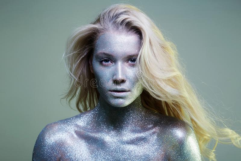 Ragazza iridescente intelligente Bella giovane donna con le scintille immagine stock