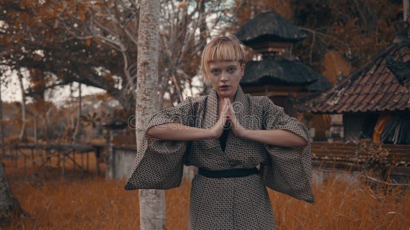 Ragazza in kimono fotografie stock