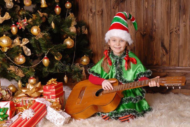 Ragazza - l'elfo di Natale con una chitarra fotografie stock