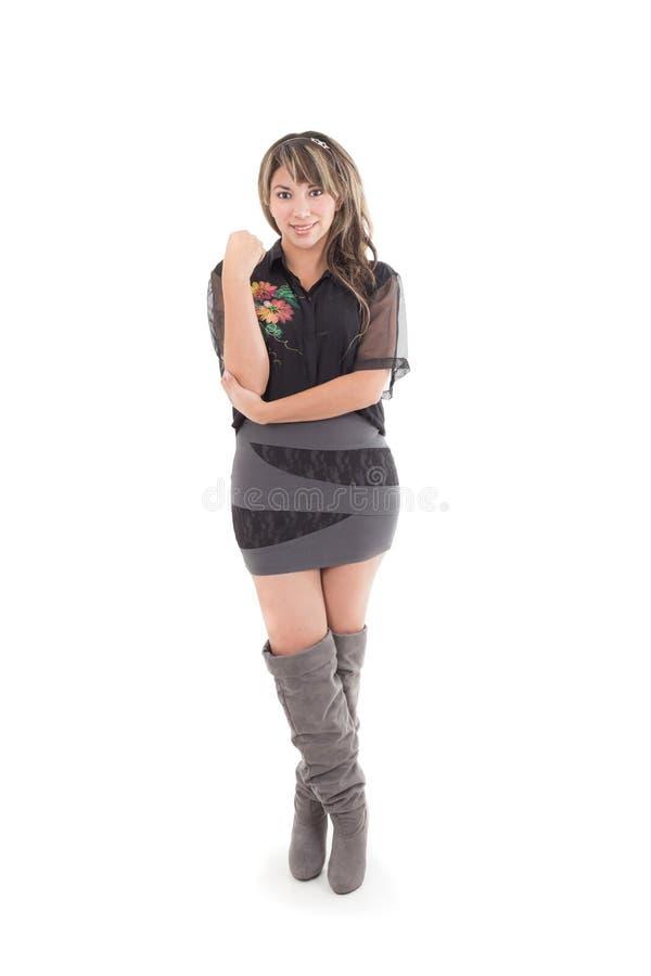 Ragazza latina in vestito nero grigio ed in stivali lunghi fotografia stock libera da diritti