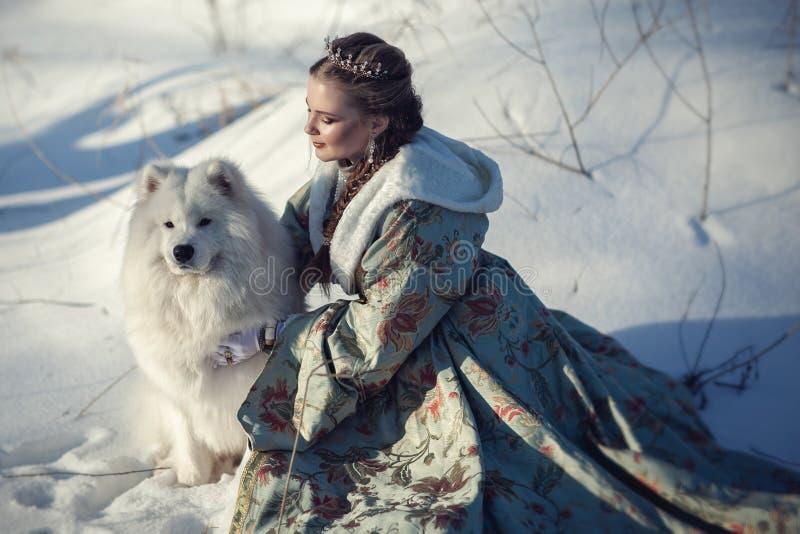 Ragazza leggiadramente con un cane bianco fotografia stock
