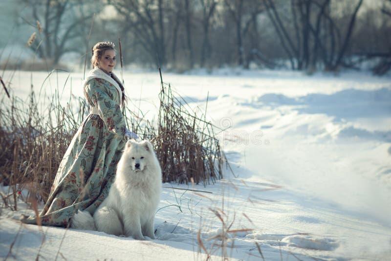 Ragazza leggiadramente con un cane bianco fotografia stock libera da diritti