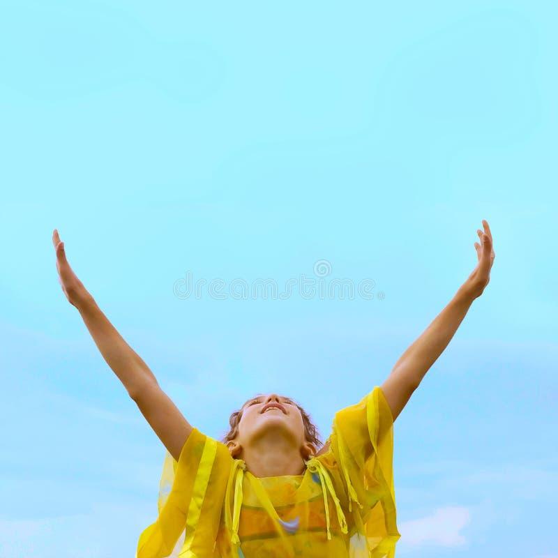 Ragazza libera sul fondo del cielo fotografie stock libere da diritti