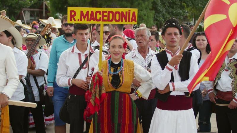 Ragazza macedone in costume tradizionale al festival internazionale di folclore video d archivio
