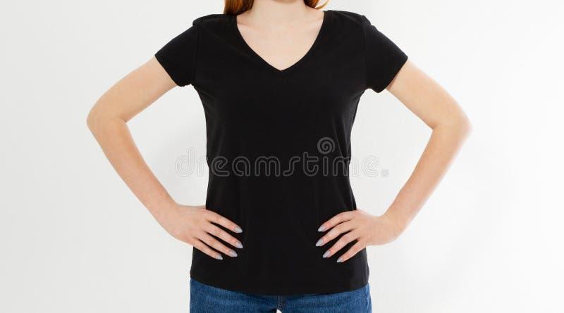 Ragazza in maglietta nera alla moda isolata su fondo bianco, spazio della copia, spazio in bianco, derisione della maglietta su immagini stock libere da diritti