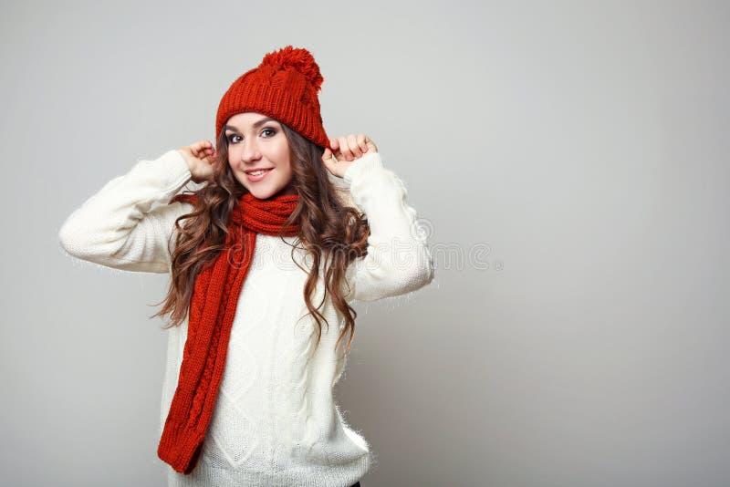 Ragazza in maglione, sciarpa e cappello immagine stock