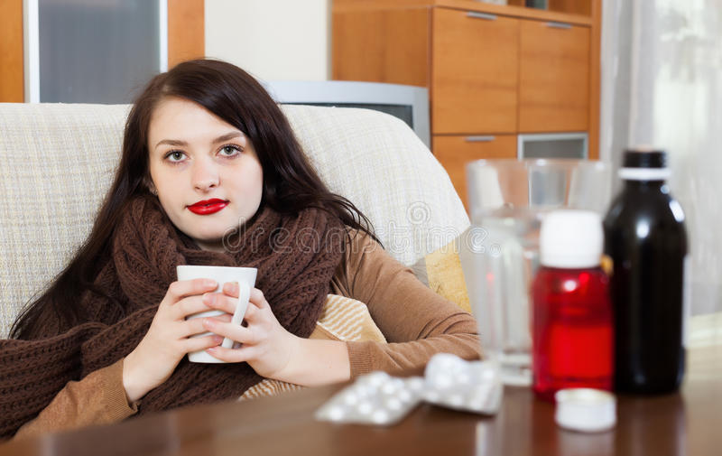 Ragazza malata con i farmaci fotografie stock libere da diritti