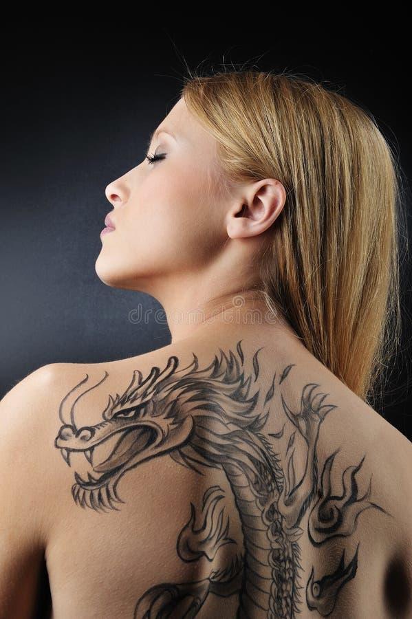 Ragazza molto sexy di tatoo del drago fotografia stock