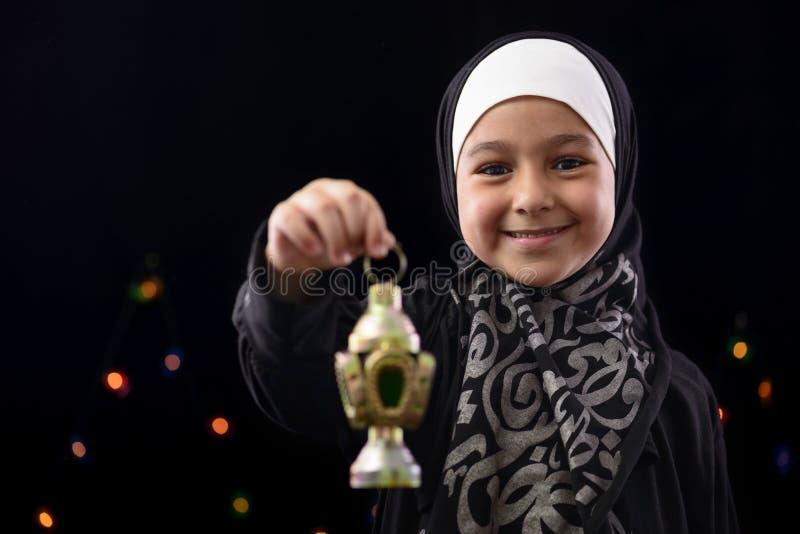 Ragazza musulmana felice che celebra il Ramadan immagine stock