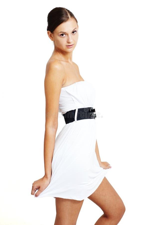 Ragazza naturale che propone in un vestito bianco fotografie stock libere da diritti