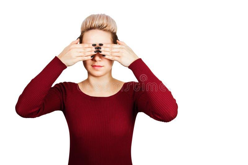 Ragazza negli occhi vicini del vestito rosso Isolato su priorit? bassa bianca immagini stock libere da diritti