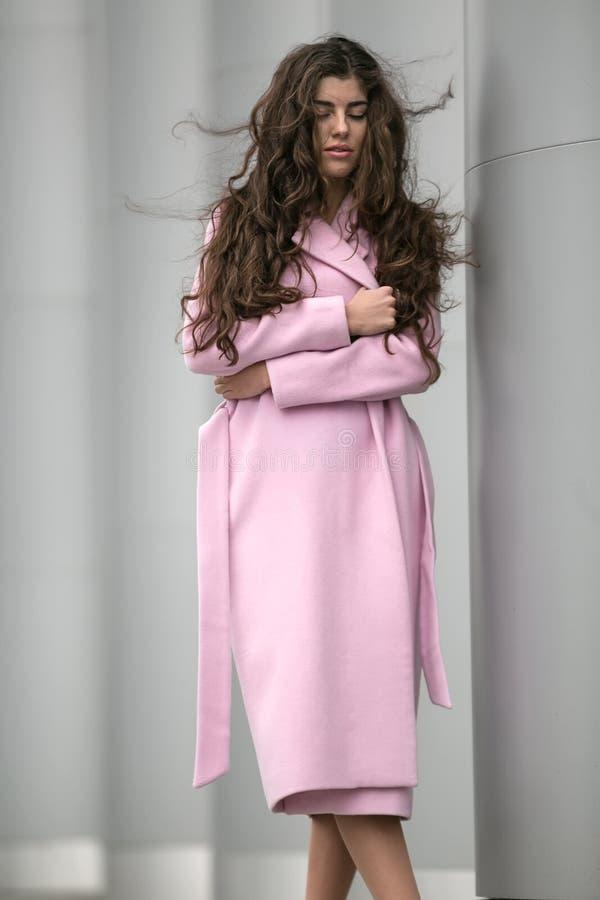 Ragazza nel cappotto rosa immagini stock libere da diritti