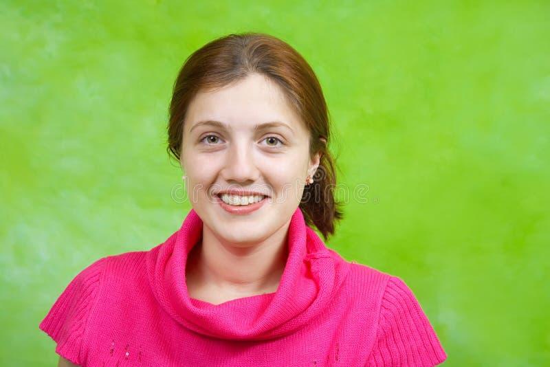 Ragazza nel colore rosa sopra verde fotografia stock