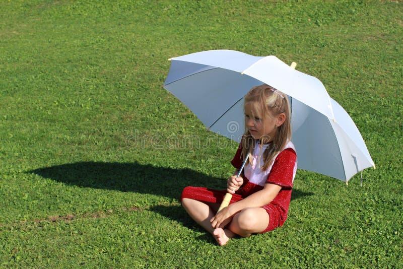 Ragazza nel colore rosso con l'ombrello bianco fotografia stock libera da diritti