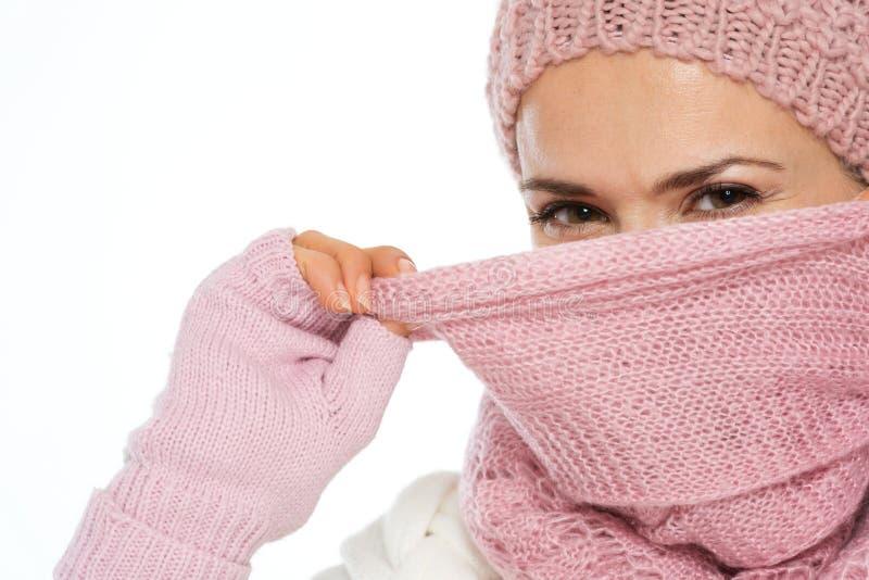 Ragazza nel fronte di chiusura dei vestiti di inverno con la sciarpa fotografia stock