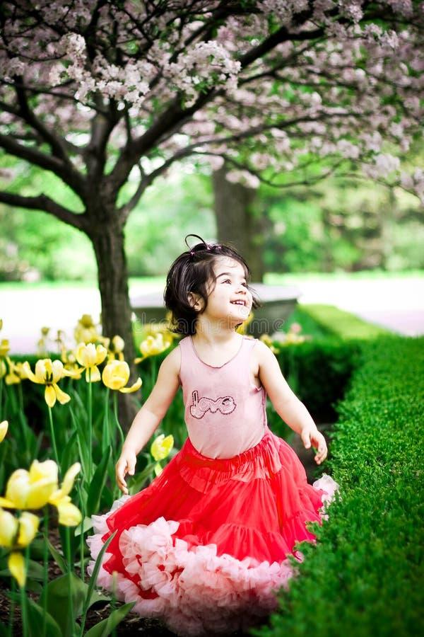 Ragazza nel giardino di fiore fotografia stock libera da diritti