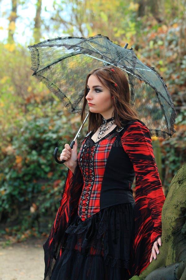 Ragazza nel legno con l'ombrello immagine stock libera da diritti