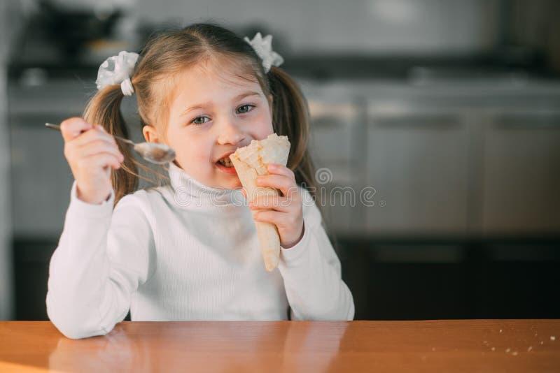 Ragazza nel tramonto di luce del giorno del gelato di cibo della cucina immagini stock