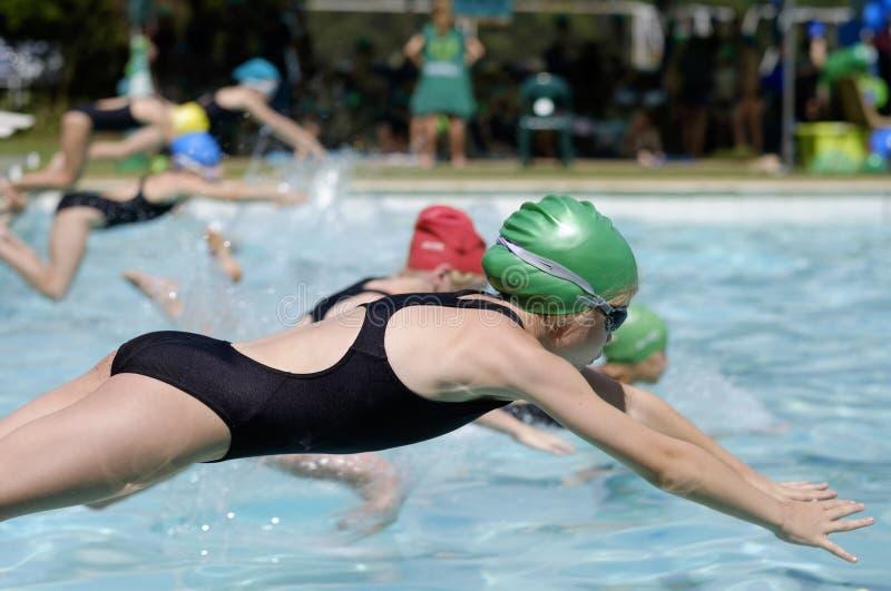 Ragazza nella corsa di galà di nuoto fotografia stock libera da diritti