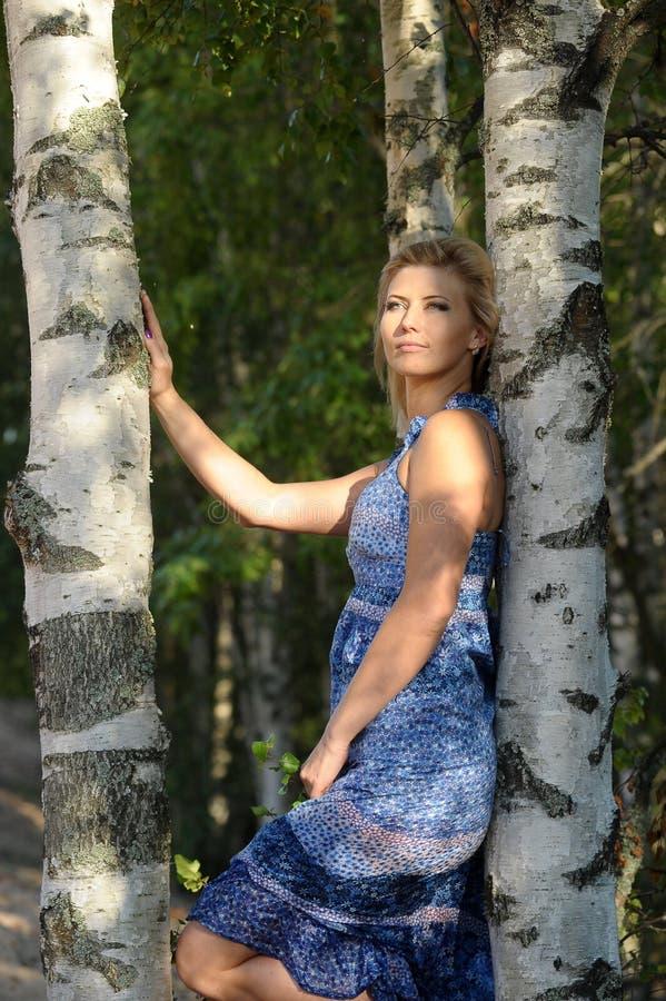 Ragazza nella foresta immagini stock libere da diritti