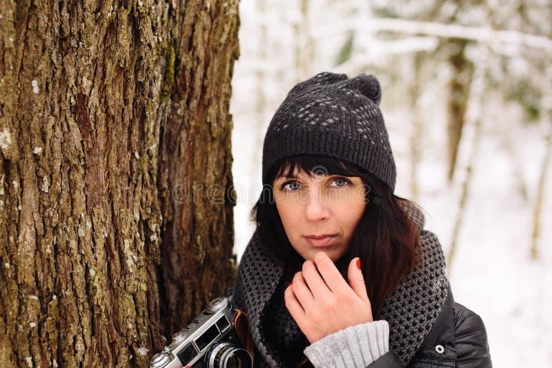 Ragazza nella foresta di inverno immagini stock libere da diritti