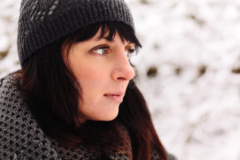 Ragazza nella foresta di inverno fotografia stock libera da diritti