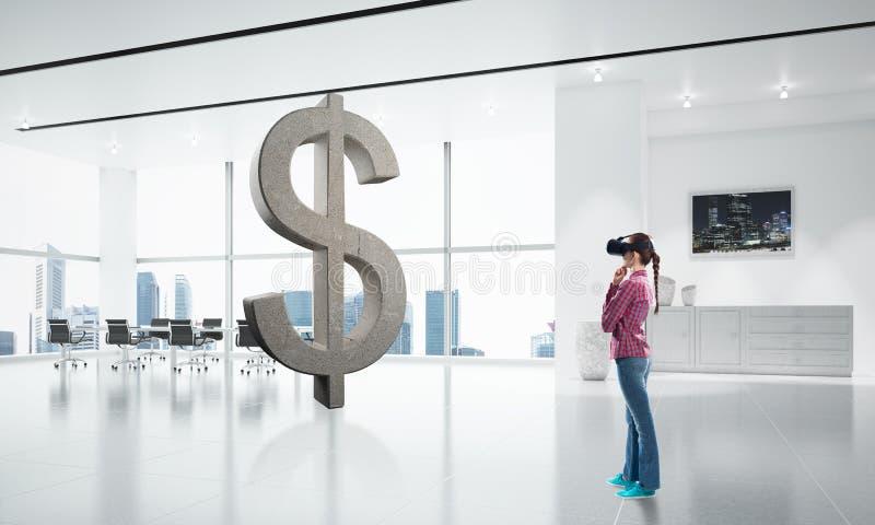 Ragazza nella maschera di realtà virtuale che sperimenta il mondo virtuale di tecnologia Media misti fotografia stock