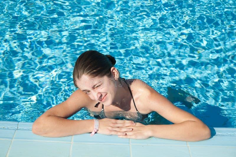 Ragazza nella piscina del ricorso fotografia stock