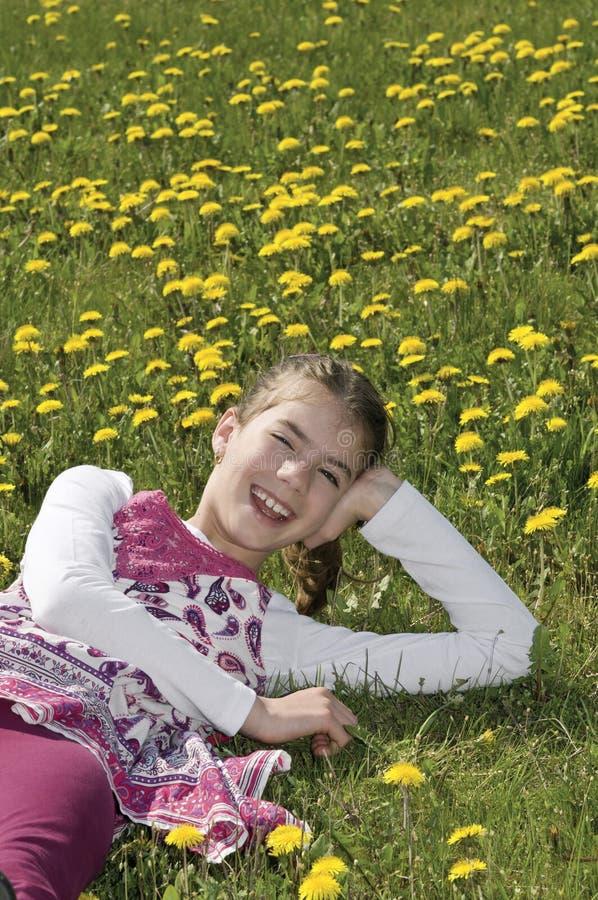 Ragazza nella risata di fioritura del prato fotografie stock libere da diritti