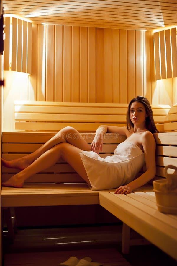 Ragazza nella sauna fotografie stock libere da diritti