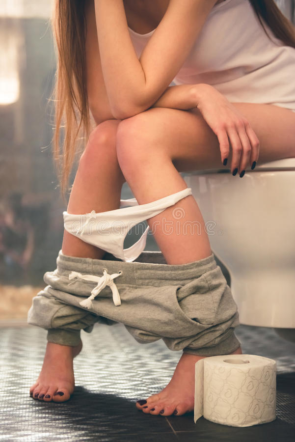 Ragazza nella toilette fotografia stock libera da diritti