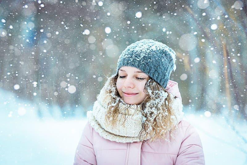Ragazza nelle precipitazioni nevose di legni fotografie stock libere da diritti