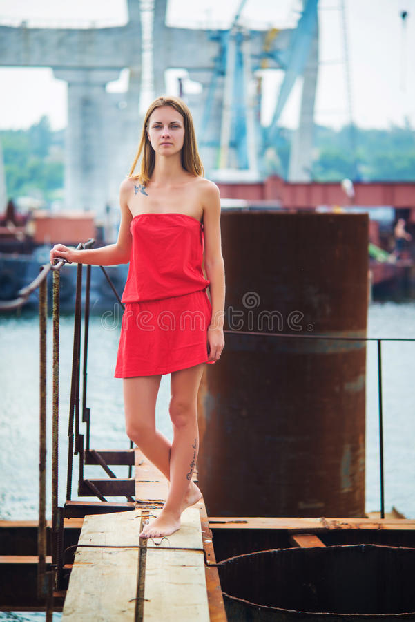 Ragazza nelle prendisole rosse fotografia stock