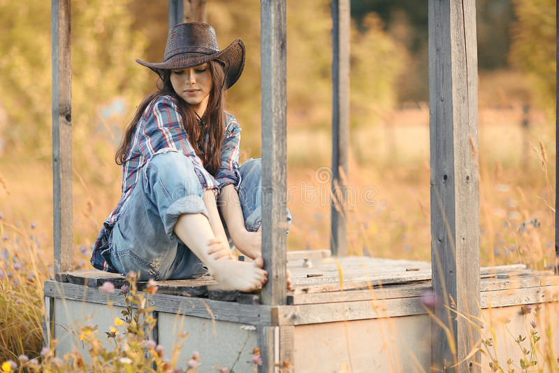 Ragazza nello stile ad ovest selvaggio fotografia stock