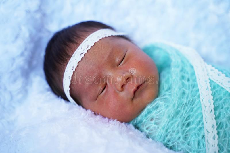 Ragazza neonata adorabile che dorme sulla coperta bianca immagine stock