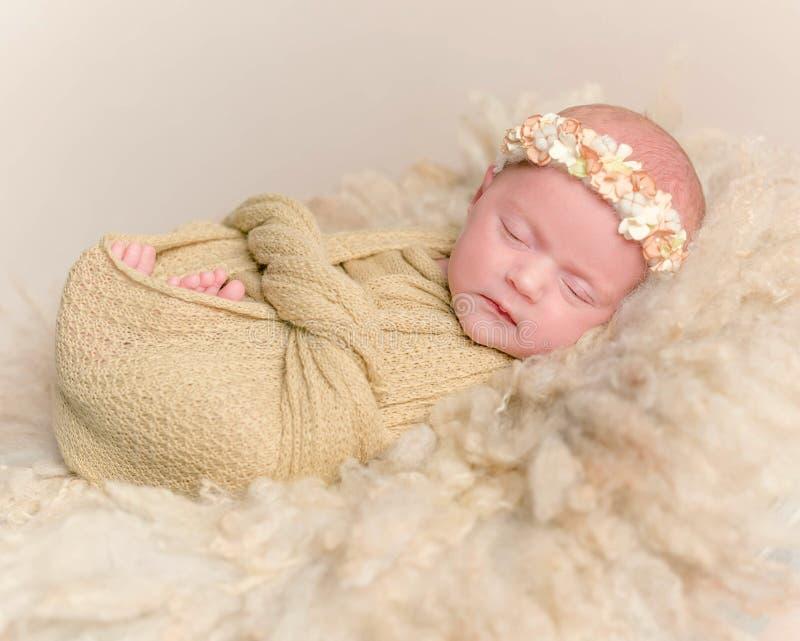 Ragazza neonata che dorme, concluso con una coperta fotografie stock libere da diritti