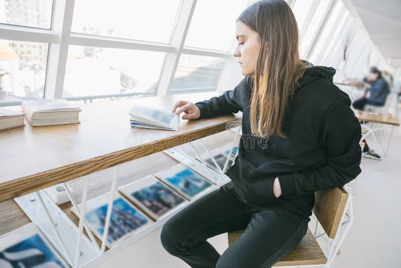 Ragazza nera di maglia con cappuccio in caffè leggero del whitw Umore rilassato adorabile Tempo per l'hobby fotografia stock libera da diritti