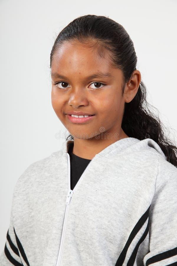 Ragazza nera felice del banco del ritratto giovane in studio fotografie stock