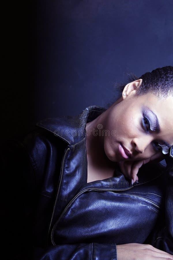Ragazza nera scura e drammatica, adolescente che sembra sexy fotografia stock libera da diritti