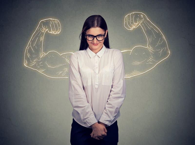 Ragazza nerd timida potente che flette i muscoli immagini stock libere da diritti