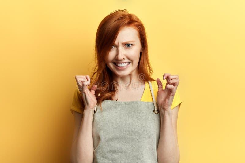 Ragazza nervosa con capelli rossi che posano alla macchina fotografica immagine stock libera da diritti