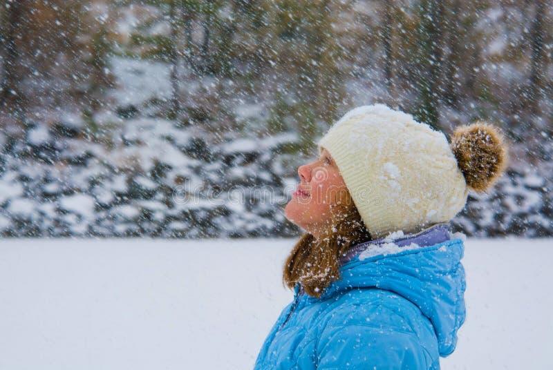 Ragazza in neve fotografia stock libera da diritti