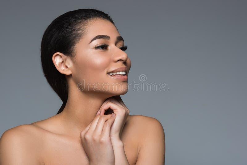 Ragazza nuda con le caratteristiche facciali piacevoli fotografia stock libera da diritti