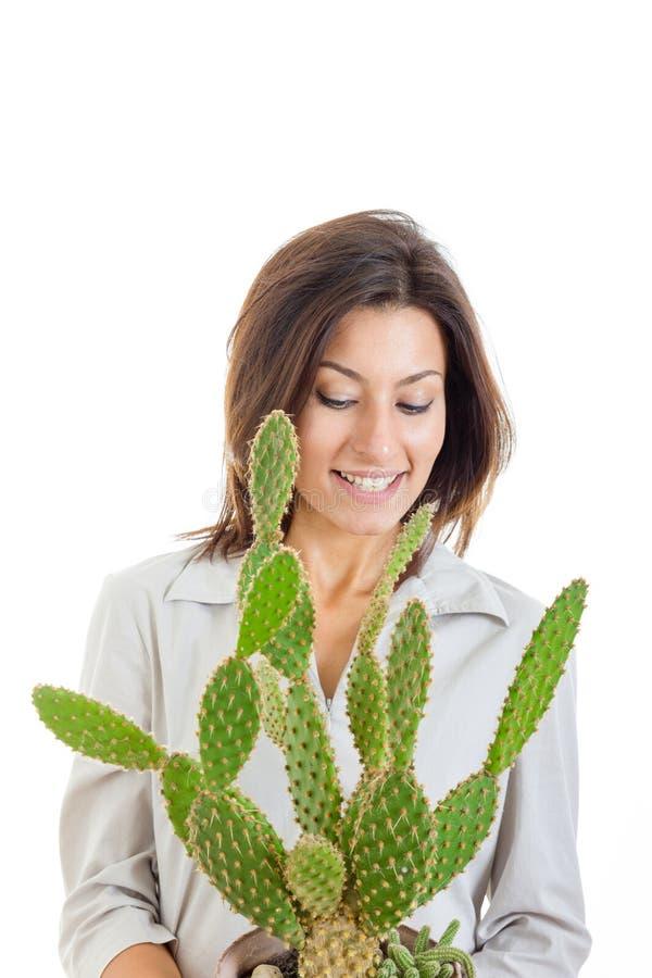 Ragazza o donna casuale sorridente dei giovani con il cactus in isolante del vaso da fiori fotografia stock libera da diritti