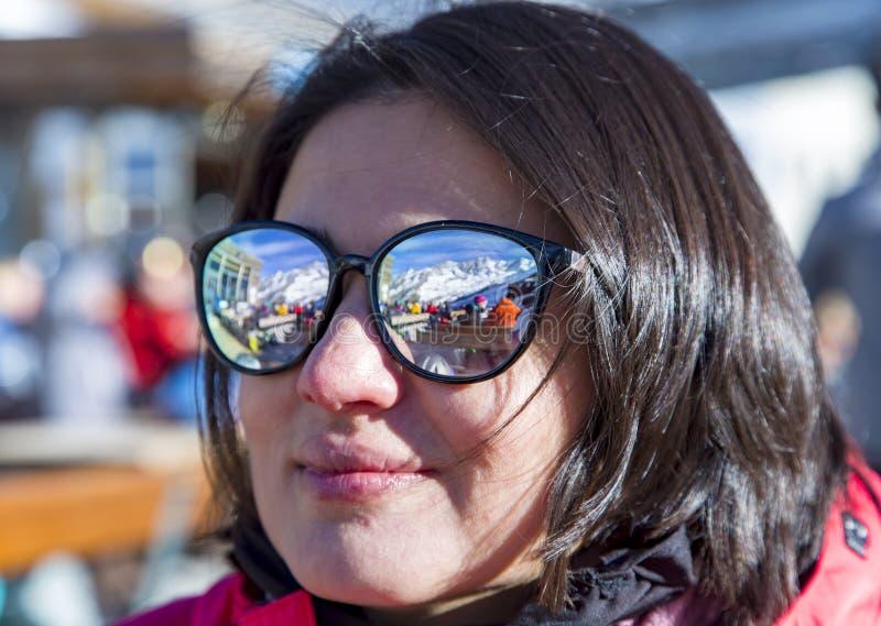 Ragazza in occhiali da sole che riflettono le montagne innevate delle alpi fotografia stock libera da diritti
