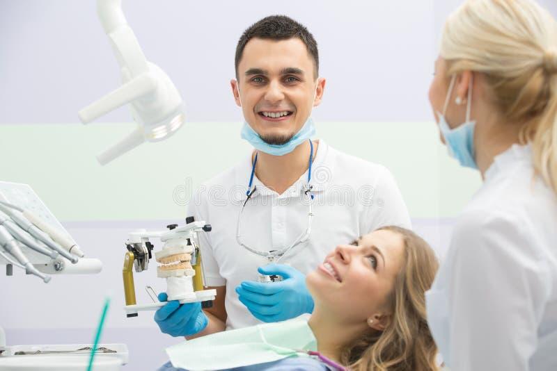 Ragazza in odontoiatria fotografie stock