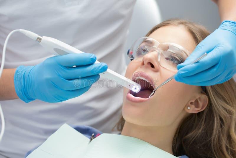 Ragazza in odontoiatria immagini stock libere da diritti