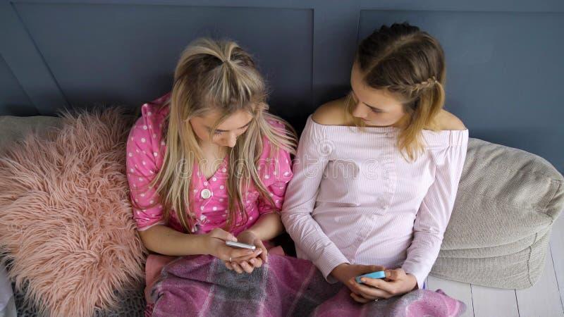 Ragazza online di chiacchierata mandante un sms del telefono di comunicazione fotografia stock libera da diritti